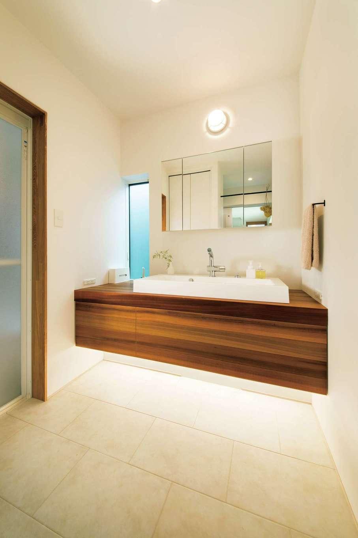 温戸ライフ【デザイン住宅、趣味、インテリア】宙に浮かんでいるように見える造作の洗面台。リビングと同じレッドシダーを使い、統一感を出した