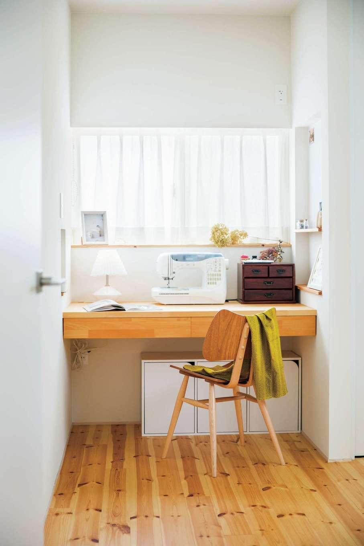温戸ライフ【デザイン住宅、趣味、インテリア】奥さまの趣味部屋は将来子ども部屋に。パイン材の床でナチュラルな雰囲気に。造作の机に母と娘の思い出が刻まれていく