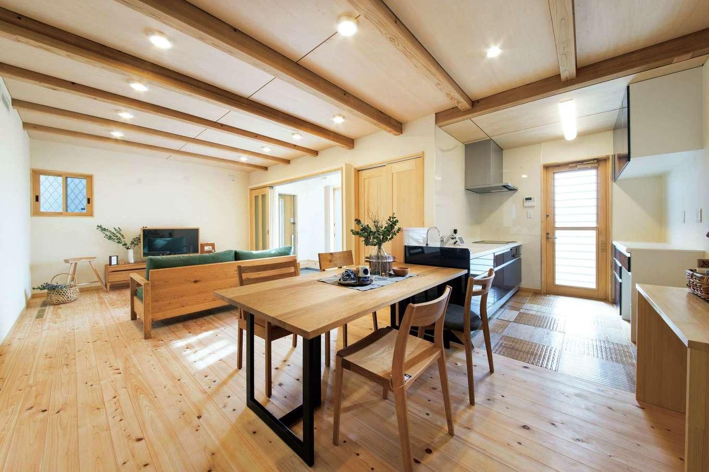 田畑工事【子育て、自然素材、省エネ】対面キッチンの横にテーブルを一列に配置し、配膳や片付けの手間をカット
