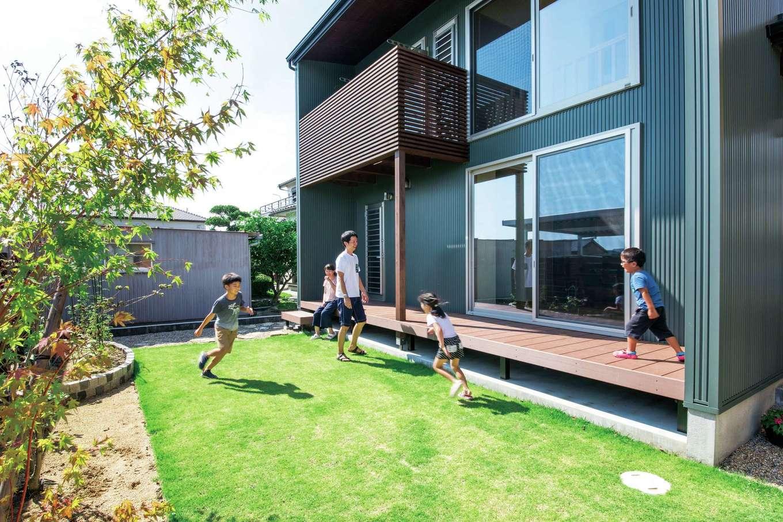 田畑工事【子育て、自然素材、省エネ】ウッドデッキのある庭で、晴れた日に家族でのんびり過ごすのが楽しみ