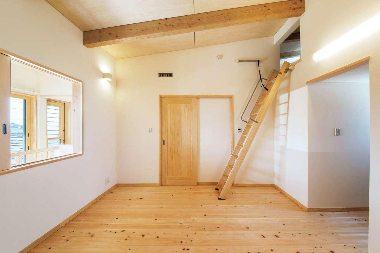 田畑工事【子育て、自然素材、省エネ】寝室はロフト付き。開口部から光と風が室内にほどよく行き渡る