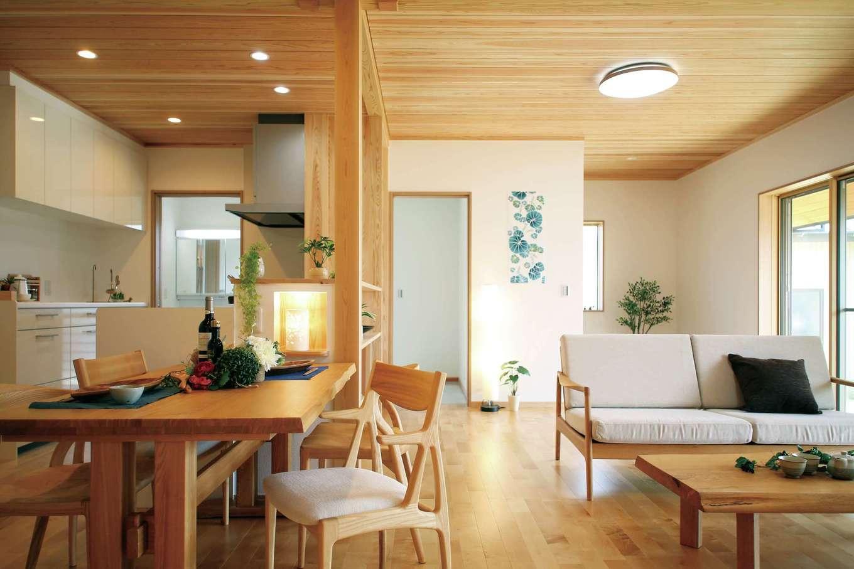 室内の床には木目が優美で傷がつきにくいサクラを使用。LDKは天井高を260cmにしてスギ板張りに。開放感抜群の無垢の空間が心地よい