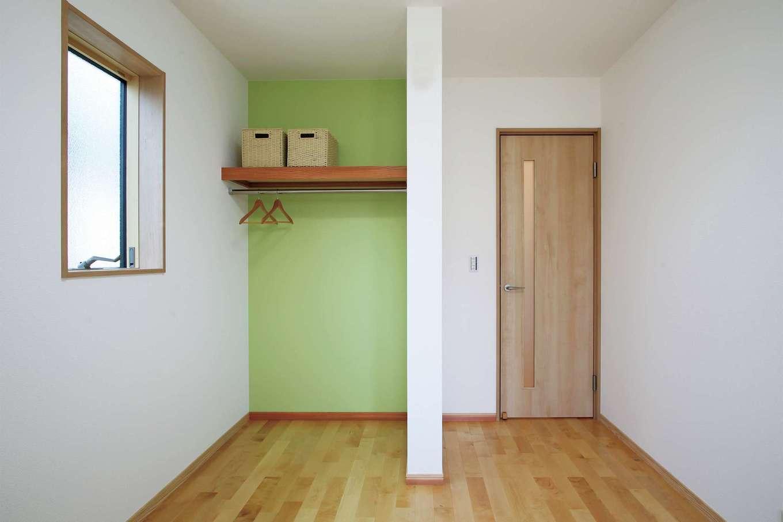 子ども部屋の収納は扉を付けずにアクセントクロスを用い、明るく広々とした印象に
