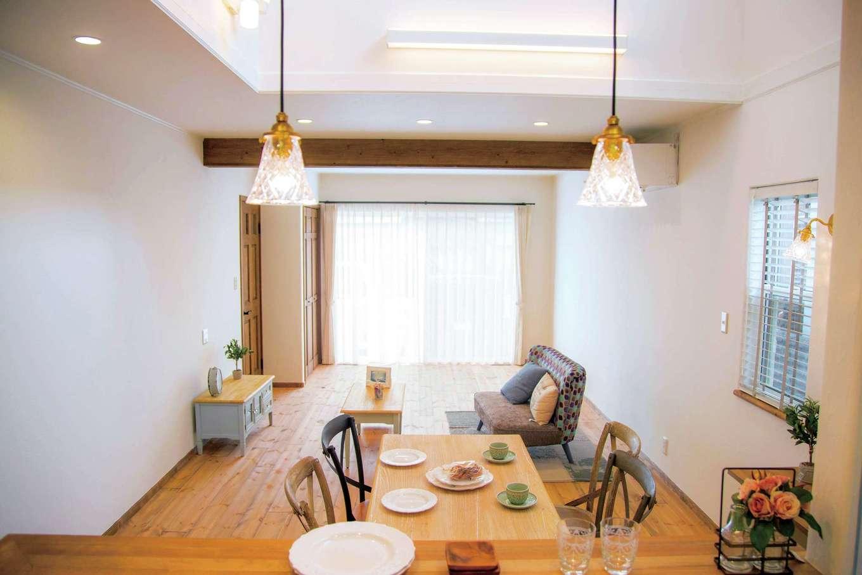 ダイニングの上は吹き抜けになっていて2階の窓から明るい光が降り注ぐ。周囲を住宅に囲まれている中で、ここから光を取り込もうと提案されたそう。キッチンから2階にいる家族に声をかけることもできる
