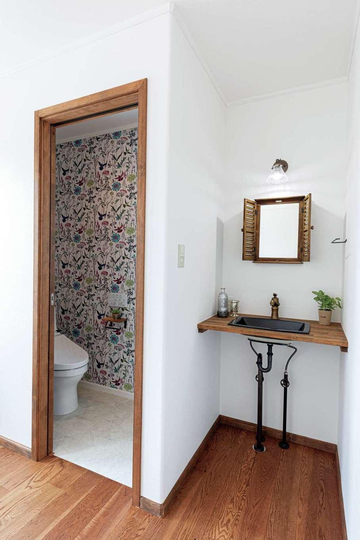 2階トイレは外側に単独の洗面台を造作。朝の身支度にも活躍しそう
