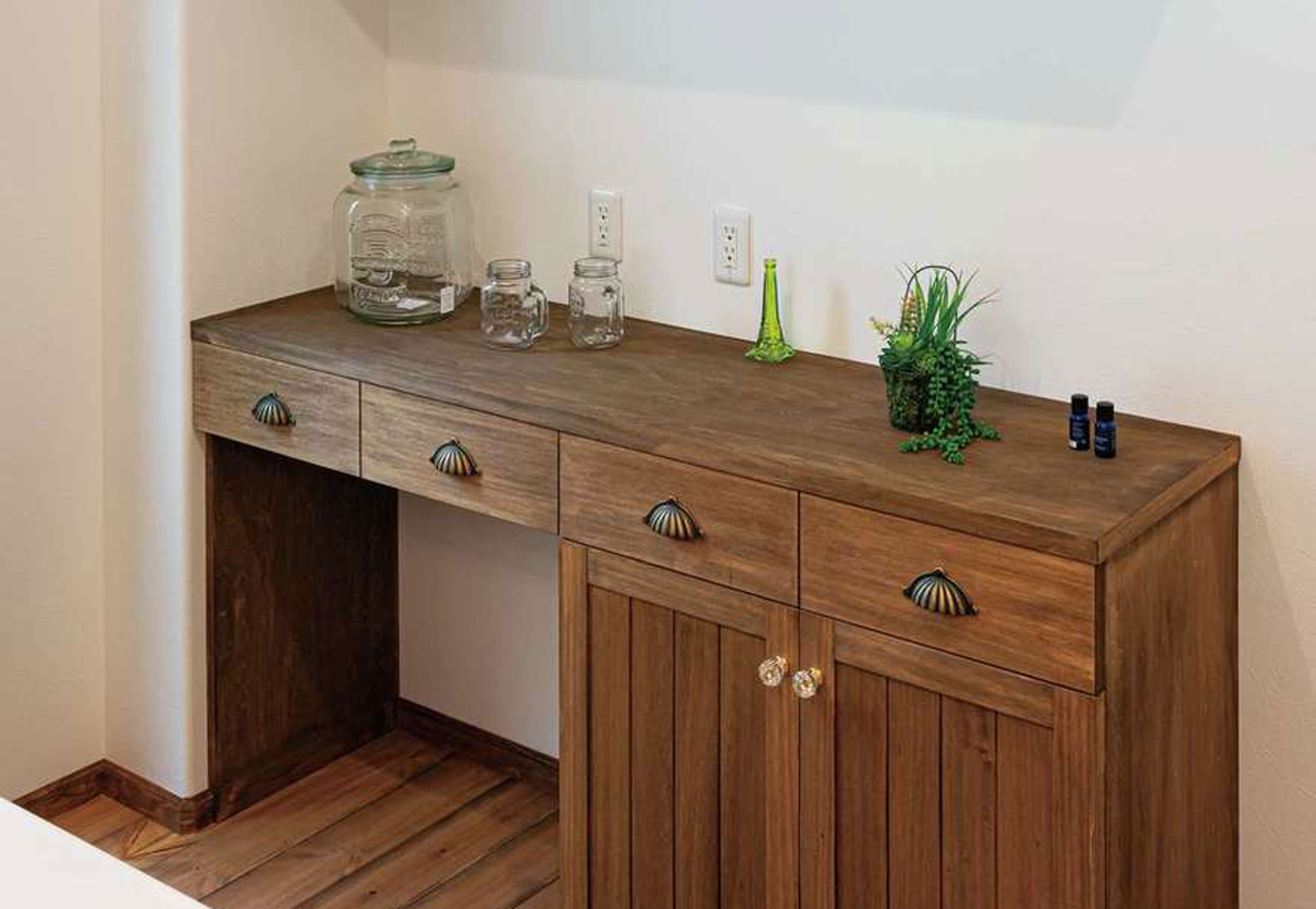キッチンの造作カップボード。取っ手もコーディネーターと一緒に選んでつけた