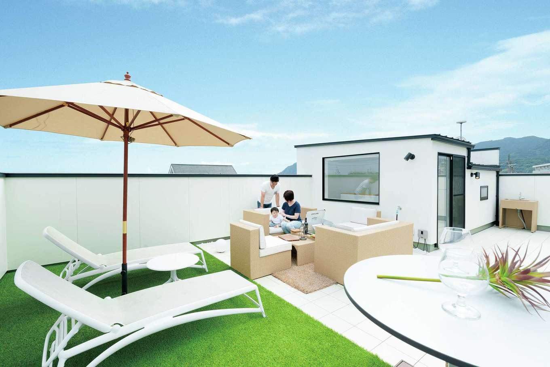 住家 ~JYU-KA~【デザイン住宅、屋上バルコニー、建築家】夏は花火も見られる屋上庭園。家具や水場も希望に合わせて配置。『住家』の技術と経験、実績が可能にした空間だ