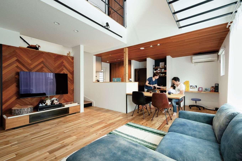 住家 ~JYU-KA~【デザイン住宅、屋上バルコニー、建築家】無垢の床に加え、テレビボードのヘリンボーンやキッチンの板張りが自然素材の温もりを伝える