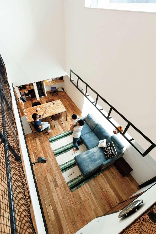 住家 ~JYU-KA~【デザイン住宅、屋上バルコニー、建築家】リビングの日当たりの良い場所には、筋トレが趣味のご主人のリクエストでうんていを。物干しスペースとしても活 躍する
