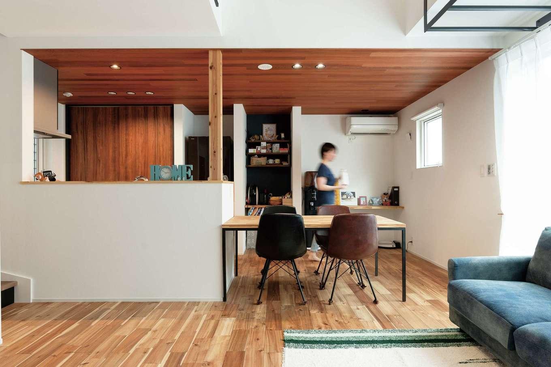 住家 ~JYU-KA~【デザイン住宅、屋上バルコニー、建築家】カフェコーナーのようなかわいいキッチンは奥さまの希望。鍼灸師・柔道整復師の資格を持つご主人のアドバイスで、身体に負担のない身長にあった高さのキッチンを選んだ