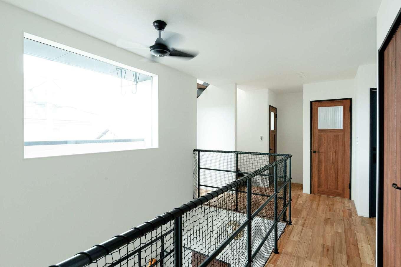 住家 ~JYU-KA~【デザイン住宅、屋上バルコニー、建築家】吹き抜けの明るさを階下にも届ける2階のホール