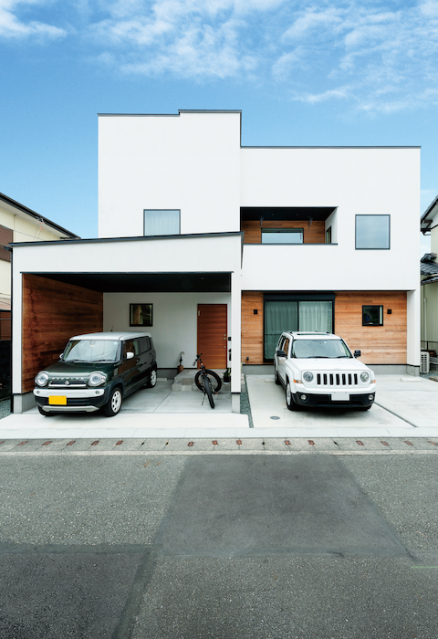 住家 ~JYU-KA~【デザイン住宅、屋上バルコニー、建築家】奥さまの駐車スペースはガレージ仕様に。雨の日の子どもとのお出かけや買い物帰りに濡れないようにとの、ご主人の優しい心遣い