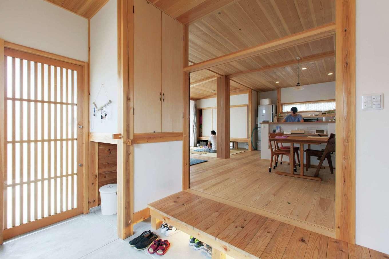 玄関ホールの収納は下を空け、空間を無駄なく活用。収納内にも調湿効果のある杉板を使用