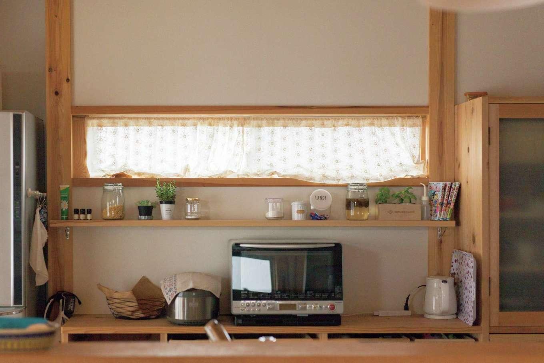 収納や飾り棚、明かり取りの窓など、快適なキッチン空間に仕上がった