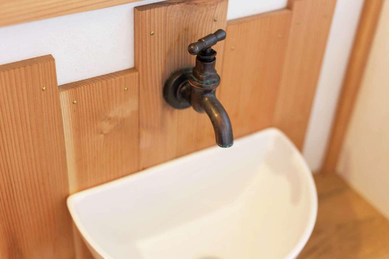 細かなところまで木の材を使い、見た目にも手触りにも優しさが伝わるK邸。手洗い場の壁にも木の板を貼り、楽しくてオシャレな演出を
