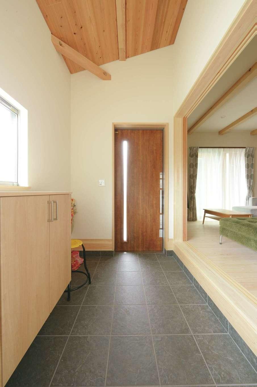 福工房【デザイン住宅、子育て、自然素材】土間は同社の代名詞。杉板張りの勾配天井が開放感を演出している。背後の収納は使い勝手もいい