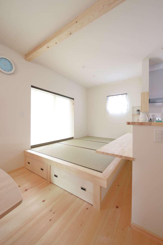 福工房【デザイン住宅、子育て、自然素材】キッチン正面の小上がりは宿題によし、晩酌によし