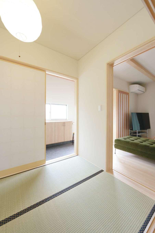 福工房【デザイン住宅、子育て、自然素材】玄関やLDKとつながる和室は、視覚的な広さをもたらし、閉じれば客間に