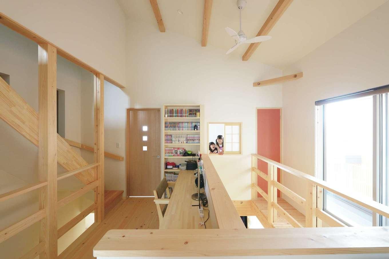 福工房【デザイン住宅、子育て、自然素材】2階ホールは吹き抜けと勾配天井のおかげで広々。デスクと本棚を造作してもらった