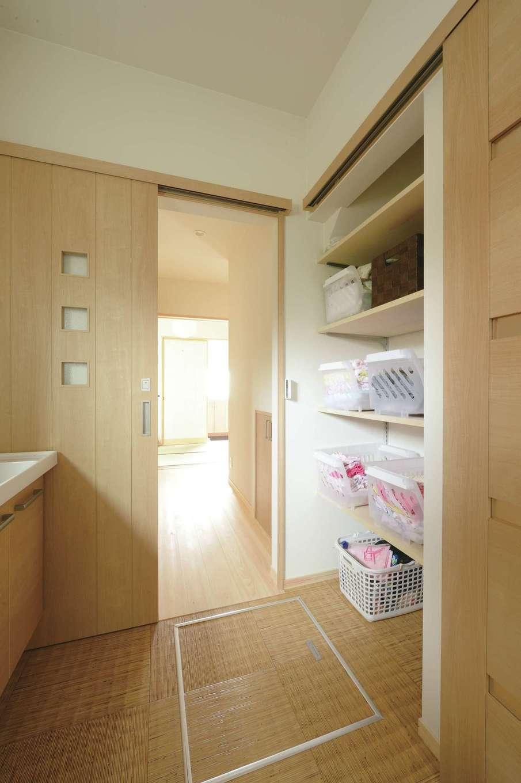 福工房【デザイン住宅、子育て、自然素材】洗面脱衣室の収納は右手の引き戸により隠れる仕掛け