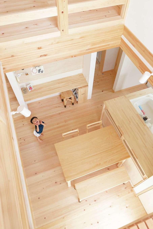 """E邸は土間から畳スペース、LDK、そしてウッドデッキや2階のファミリースペースまで空間がひと続き。子ども部屋 の声や庭の様子も、キッチンの奥さまのもとに運ばれる。階段はリビングインを選択し、畳ペースやスタディコーナーなどの""""居場所""""も用意。家族が増え、お子さまたちが成長しても、安心する距離感と自然な交差が続いていく"""