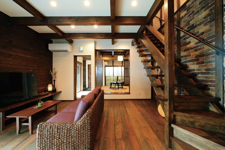 TDホーム静岡西 ウエストンホームズ【静岡市駿河区下川原南5-26・モデルハウス】ヒノキのデザイン階段とアンティークタイルの壁が大人の雰囲気を醸す。床は210mm幅のボルドーパイン。オイル塗装は時間の経過とともに味わいが深くなる
