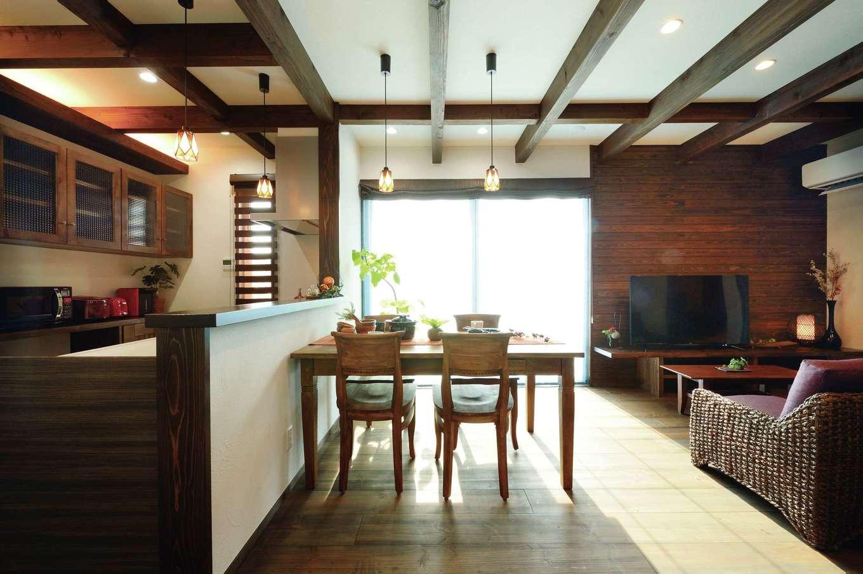 TDホーム静岡西 ウエストンホームズ【静岡市駿河区下川原南5-26・モデルハウス】ラフに仕上げた壁のスペイン漆喰がダークな木肌に映える。壁にはスギの無垢材を使用。木部の色調はダークなトーンで揃え、アンティークな雰囲気を醸し出している。オリジナルカップボードや照明は標準仕様