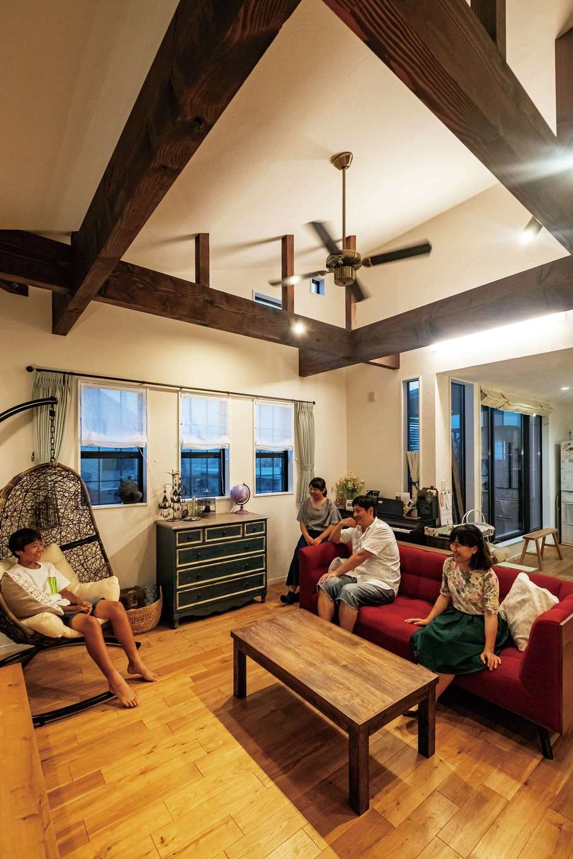 アトリエサクラ【高級住宅、間取り、インテリア】勾配天井と見せ梁の開放感も、2階リビングならでは。家族がくつろげる空間だ。イギリスで購入したというチェストもあつらえたかのようになじんでいる