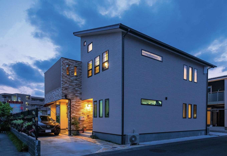 アトリエサクラ【高級住宅、間取り、インテリア】照明もデザインに取り込む外観。テラス部分は格子を設けて外からの視線をカット