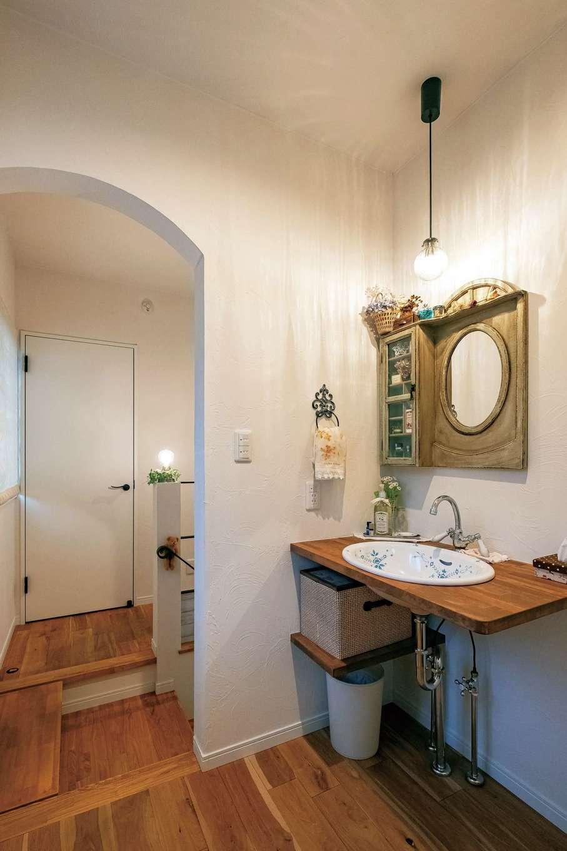 アトリエサクラ【高級住宅、間取り、インテリア】2階の洗面室は、宿泊する来客が使うことも考慮して少し広めに。奥さまが用意した収納棚付きの鏡に合わせて、洗面台と照明の位置を調整した