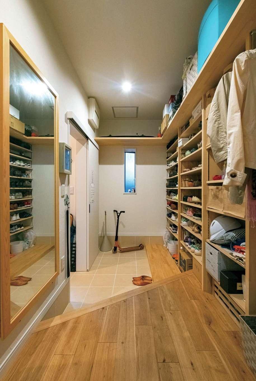 アトリエサクラ【高級住宅、間取り、インテリア】外出用の上着も用意しておけるシューズクローク。家族の暮らしを便利にする動線と収納が魅力