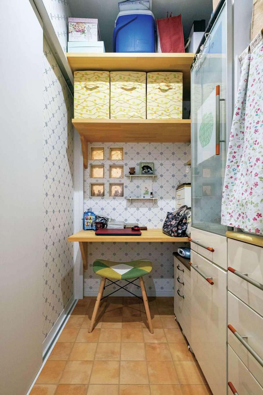 アトリエサクラ【高級住宅、間取り、インテリア】2階の洗面室からキッチンへ繋がる動線上に設けた、ミシンがけなどをする奥さまのワークスペースは、パントリーでもあり、洗濯スペースでもある。Mさんが暮らしていたイギリスでも、風呂場に洗濯機を置いていなかったそう