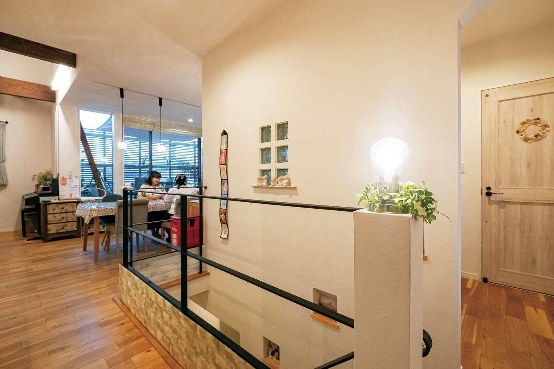 アトリエサクラ【高級住宅、間取り、インテリア】アイアンの手すりで開放的にした階段。壁にはニッチやガラスブロックを配して変化を付けている