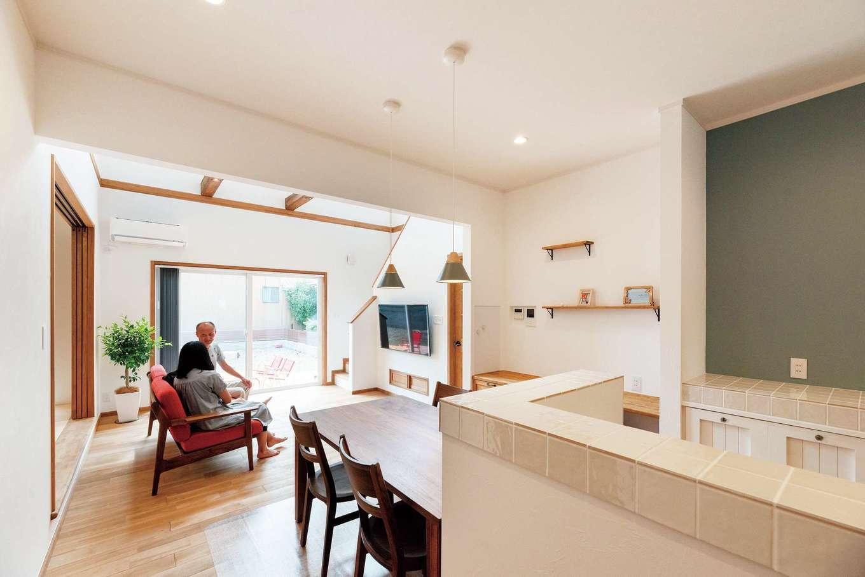 ハートホーム【輸入住宅、自然素材、ガレージ】キッチン、ダイニングからも、家の中はもちろんテラスへの視線が行き届く