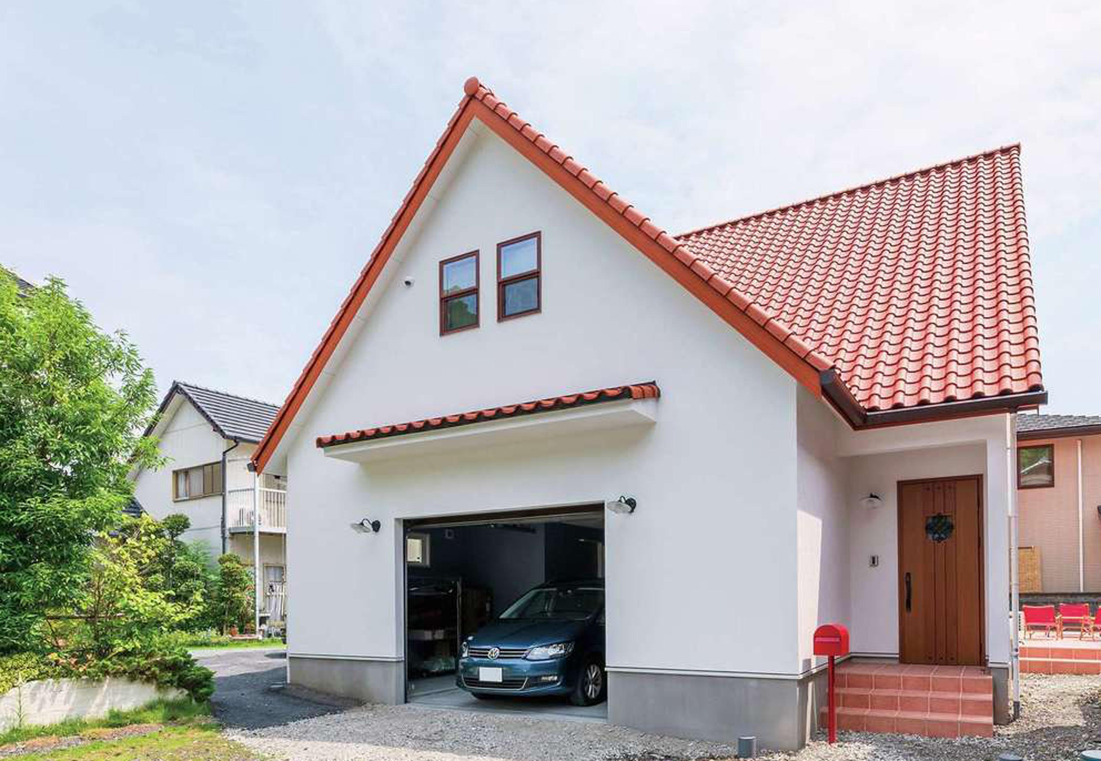 ハートホーム【輸入住宅、自然素材、ガレージ】電線の引き込みやアンテナケーブルは地中を通して、理想の外観を実現。屋根の形状、窓の位置まで計算し尽くされたデンマーク住宅