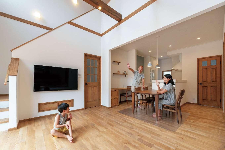 ハートホーム【輸入住宅、自然素材、ガレージ】1階の天井高は2m70cm。さらに、吹き抜けの効果もあり、リビングは抜群の開放感。落ち着きあるカバ桜の床と古材風の梁がアクセント