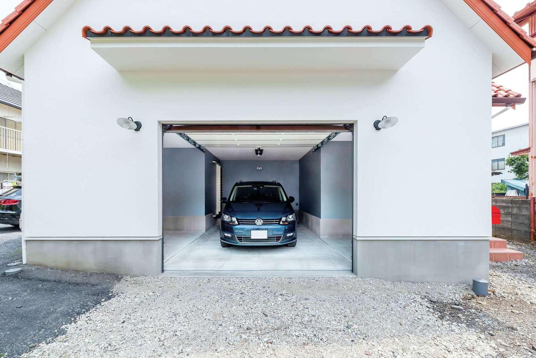 ハートホーム【輸入住宅、自然素材、ガレージ】大きなガレージにはキャンプ用品も収納。シンクも備えて準備や後片付け対策も万全