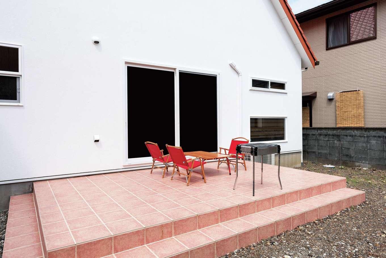 ハートホーム【輸入住宅、自然素材、ガレージ】テラスは手入れのしやすさを考慮して、玄関ポーチとお揃いのタイルに