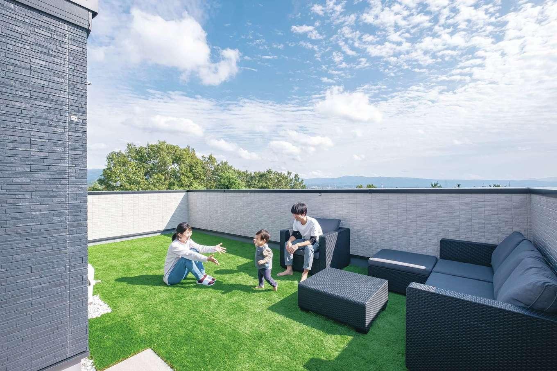 プールによしバーベキューによし、多彩な楽しさをもたらす屋上庭園。天気がよければ富士の姿も