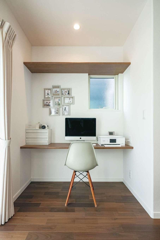 イデキョウホーム【省エネ、間取り、屋上バルコニー】キッチン横のデスクは奥さまがほっとできる場所。調べものや写真の整理に便利