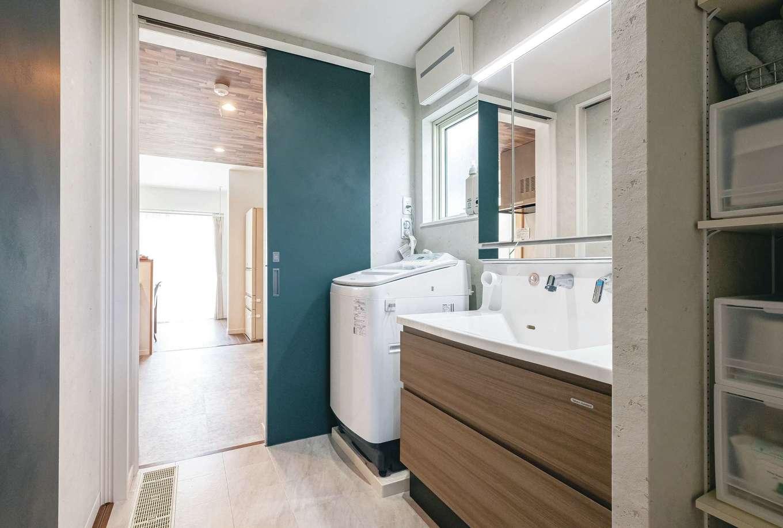 イデキョウホーム【省エネ、間取り、屋上バルコニー】玄関からの動線も用意された洗面脱衣室。ダイニングテーブルまで一直線のレイアウトが家事効率を高めている