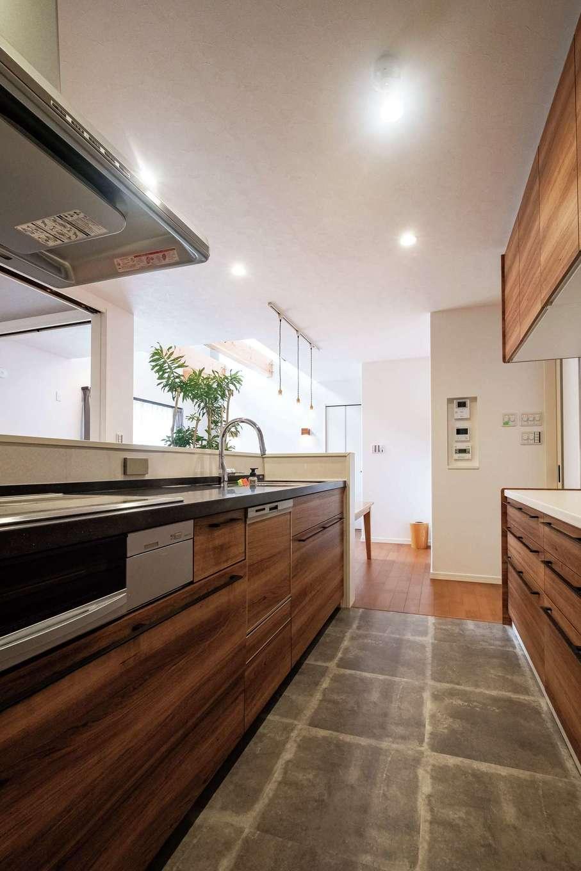 イデキョウホーム【子育て、収納力、省エネ】黒の天板と木調でカッコいいキッチンを目指した