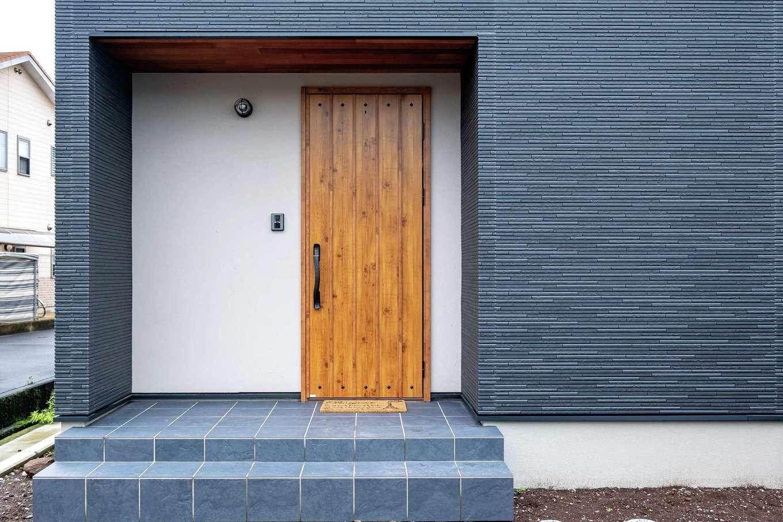 イデキョウホーム【子育て、収納力、省エネ】玄関ポーチは軒天とドアに木のぬくもりをプラス