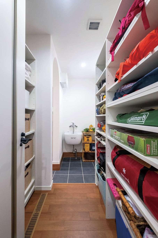 イデキョウホーム【子育て、収納力、省エネ】シューズクローゼット内に設けたアウトドア用品の収納庫。小物を洗える洗面台も設置