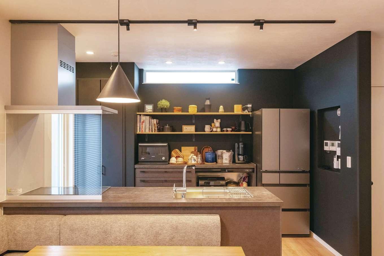 イデキョウホーム【デザイン住宅、省エネ、インテリア】マットブラックのクロスを使い、インダストリアルな雰囲気に仕上げたキッチンスペース。熱と傷に強いセラミックトップのキッチンが奥さまのお気に入り