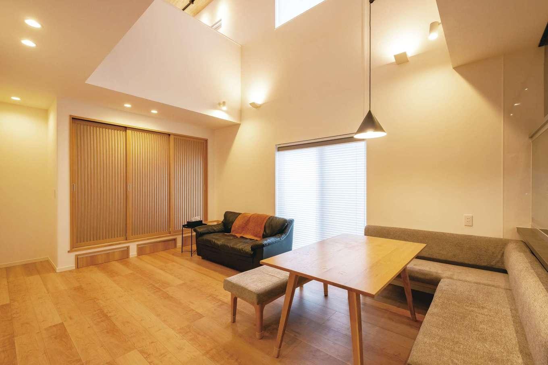 イデキョウホーム【デザイン住宅、省エネ、インテリア】デザイナーの奥さま専用のワークスペース。カウンターと書棚は造作。あえて間仕切りを設けず、1階とのコミュニケーションもスムーズ