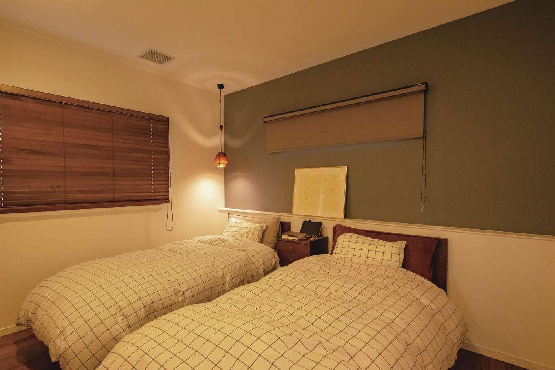 イデキョウホーム【デザイン住宅、省エネ、インテリア】寝室の片隅に北欧デザイン照明の代表格ヤコブソンランプを採用し、ニュアンスを出した