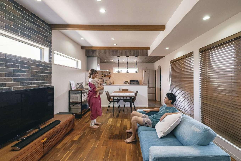 イデキョウホーム【趣味、屋上バルコニー、インテリア】家族の絆を育む明るいLDK。3方向から採光を得られるのは2階ならでは。ウッド、アイアン、タイルなど、異素材の組み合わせも絶妙なバランスだ