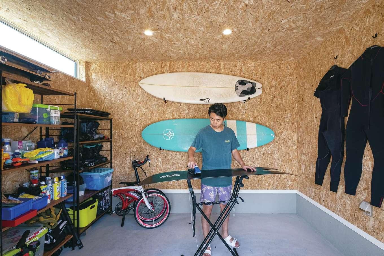 ガレージでは、サーフボードやスノーボード、自転車など、見せる収納を実践