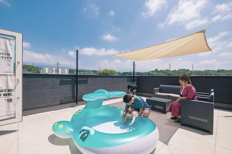 イデキョウホーム【趣味、屋上バルコニー、インテリア】富士山ビューの屋上は大きなプールを置いても余裕の広さ。両家の両親や兄弟を招いてのBBQが大好評だったそう